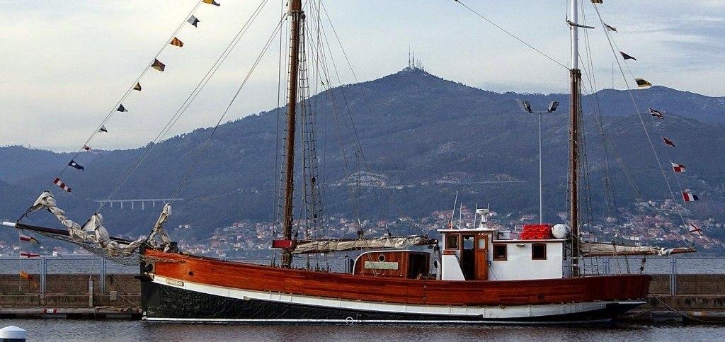 Goleta peque a para organizar eventos en barco for Alquiler de oficinas en vigo